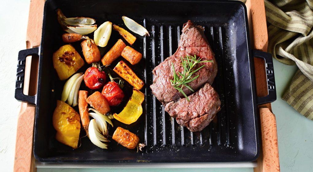 grillplatte-gusseisen-gemuse-steak