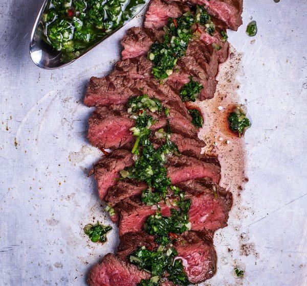 flank-steak zubereiten in der gusseisenpfanne